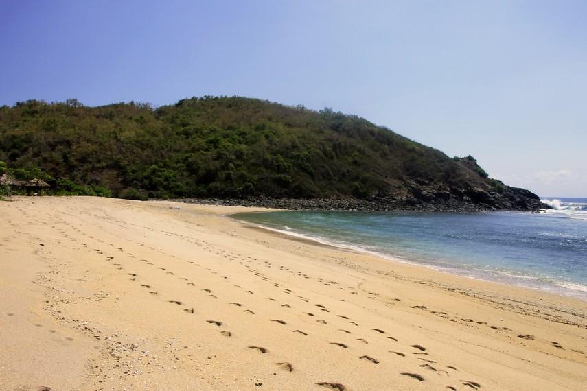 Pasir putih kecokelatan menjadi hal yang ditawarkan Pantai Mawi