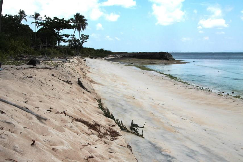 Pasir putih serta airnya yang jernih menjadikan Pantai Lemo-Lemo memiliki daya tarik tersendiri