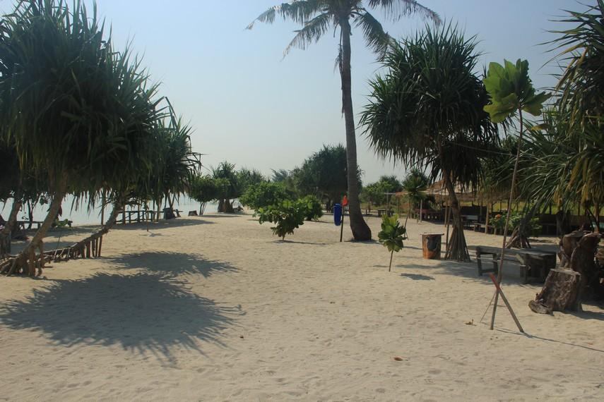 Pasir putih yang hangat di Pulau Pari menjadi daya tarik tersendiri untuk pengunjung berjalan-jalan