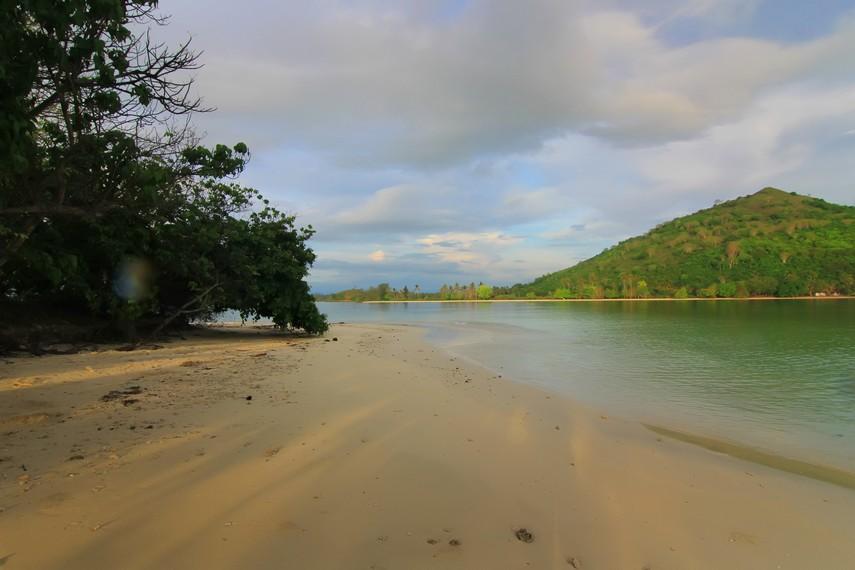 Pasir yang lembut dan hangatnya sinar matahari menjadi paduan eksotis di Gili Kedis
