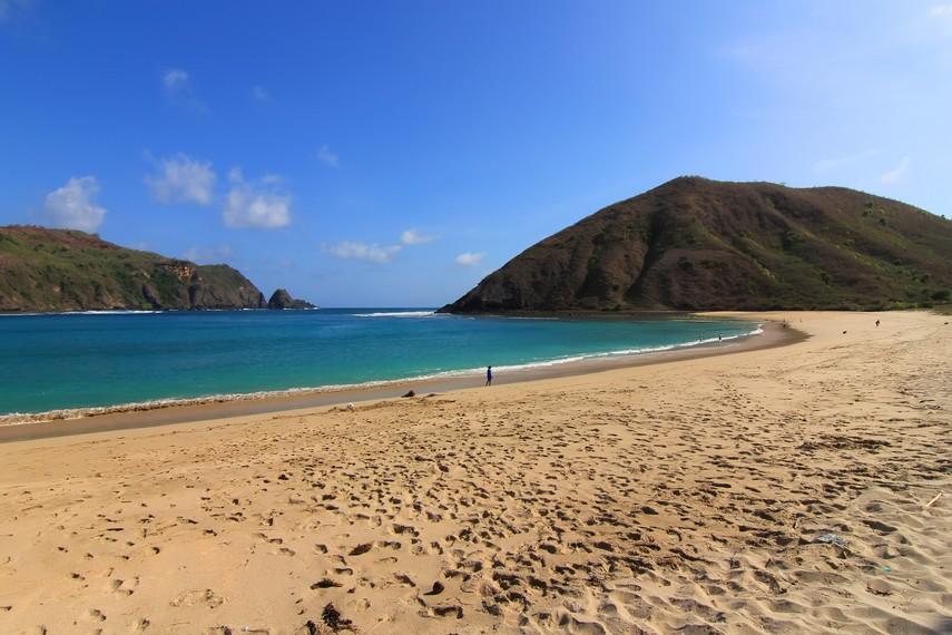 Pasir yang lembut dan lekukan garis pantai yang indah membuat pantai ini terasa enak untuk dinikmati