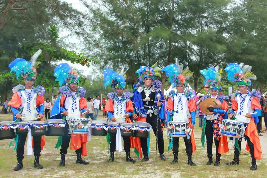 Pasukan drum band bersiap mengiring parade Belitung Beach Festival 2013 yang diadakan di Pantai Tanjung Pendam