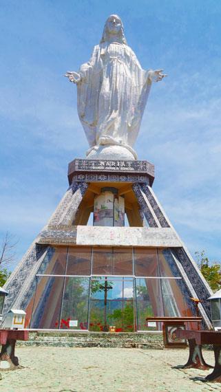 Patung seberat 6 ton ini memiliki tinggi 28 meter, dan berdiri di atas pondasi setinggi 18 meter.