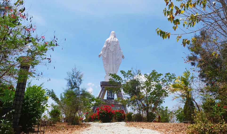 Patung yang merupakan bangunan tertinggi di Kabupaten Sikka itu berdiri di atas ketinggian 1.600 mdpl menghadap ke arah utara kota Maumere