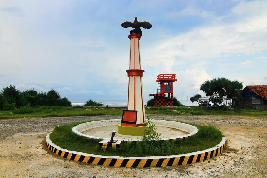 Patung Burung Elang akan menyambut pengunjung begitu tiba di Pantai Sayang Heulang