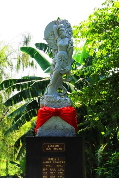 Patung Dewi Bulan yang menghiasi salah satu sudut Taman Budaya Tionghoa