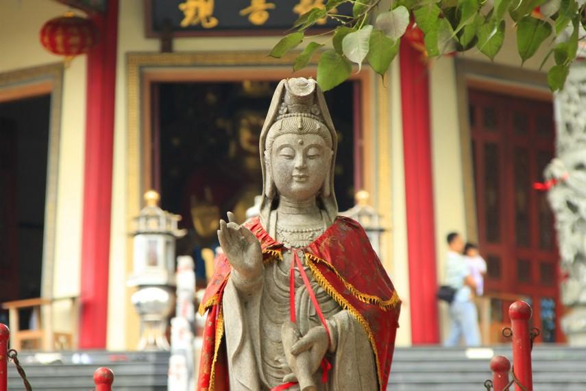 Patung Dewi Kwan lm yang ada di pelataran depan Pagoda Avalokitesvara Buddhagaya Watugong
