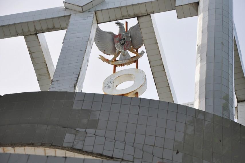 Patung Garuda mencengkram angka nol di puncak Tugu 0 KM