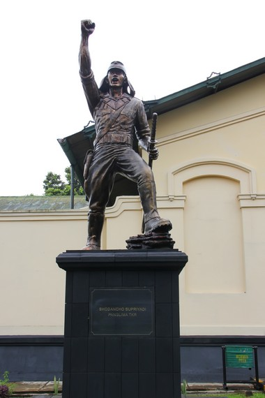 Patung Panglima TKR, Supriyadi, berpangkat Sodancho atau setara dengan Komandan Pleton (Letnan)