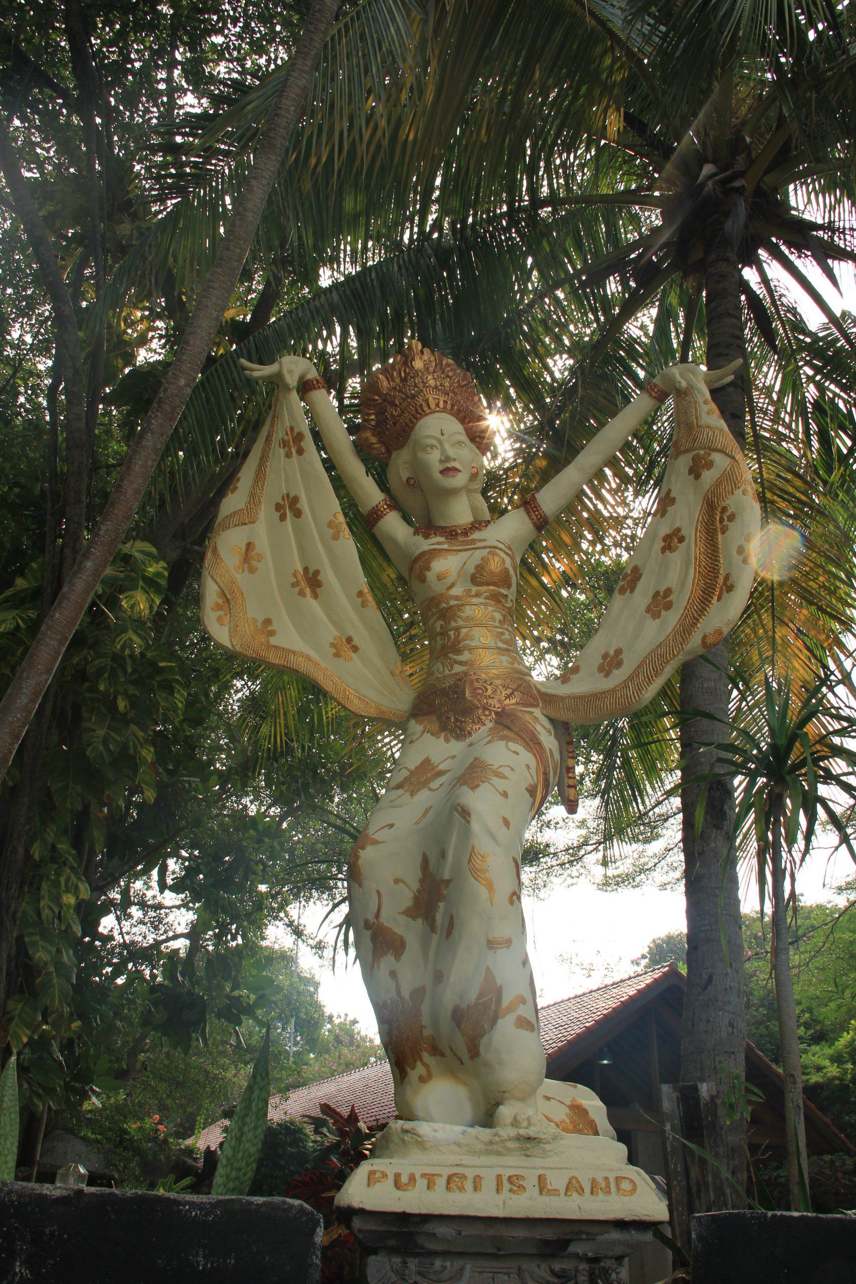 Patung Putri yang berada di salah satu sudut sengaja dibuat untuk menjadi simbol Pulau Putri