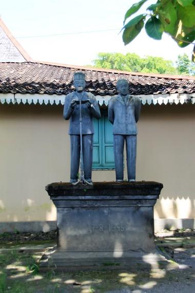 Patung Soekarno Hatta yang berada di sekitar Museum Wayang Kekayon