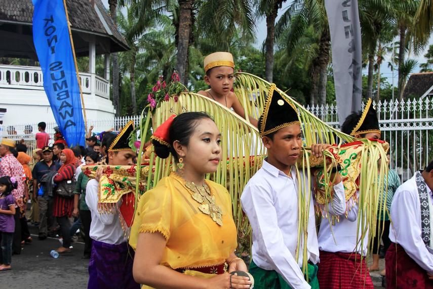 Pawai arak-arakan tradisi di Sumbawa melewati jalan-jalan di seputar Kota Sumbawa Besar