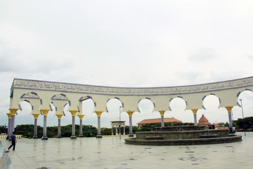 Pelataran Masjid Agung yang luas dan bisa menampung banyak jamaah