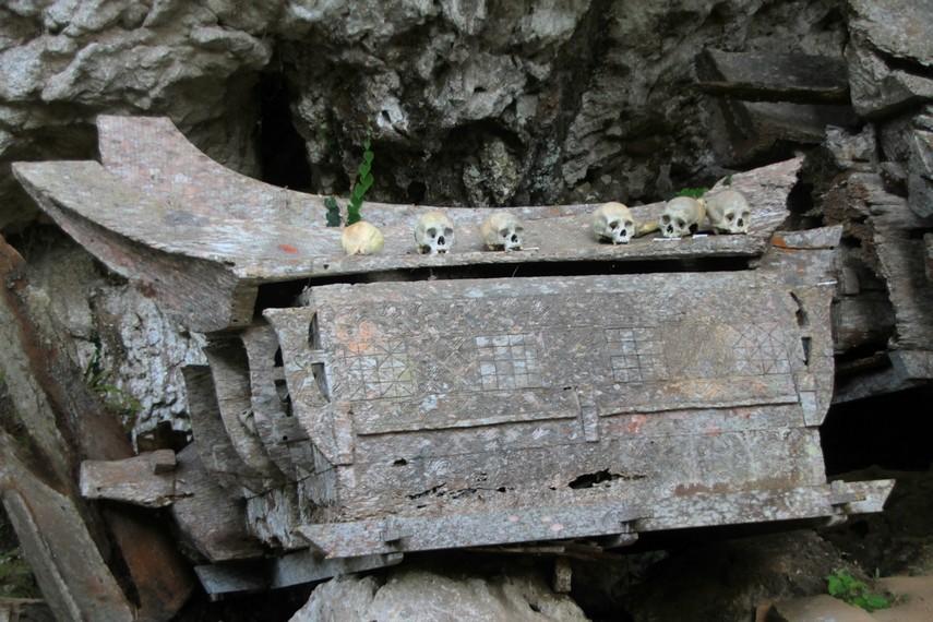 Peletakkan peti jenazah di sekitar kubur batu harus melewati proses upacara rambu solok dengan mengorbankan beberapa ekor kerbau