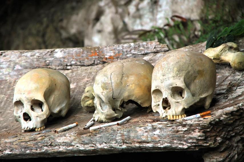 Peletakkan rokok di depan tengkorak merupakan wujud kepercayaan para pengunjung akan kekekalan arwah para leluhur desa adat Kete Kesu