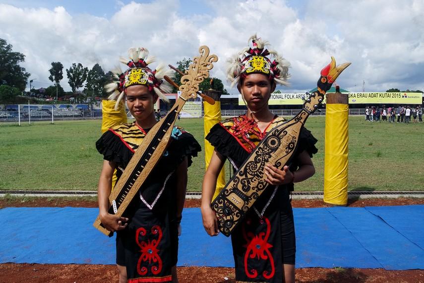 Pemain musik menggunakan pakaian adat Kalimantan Timur