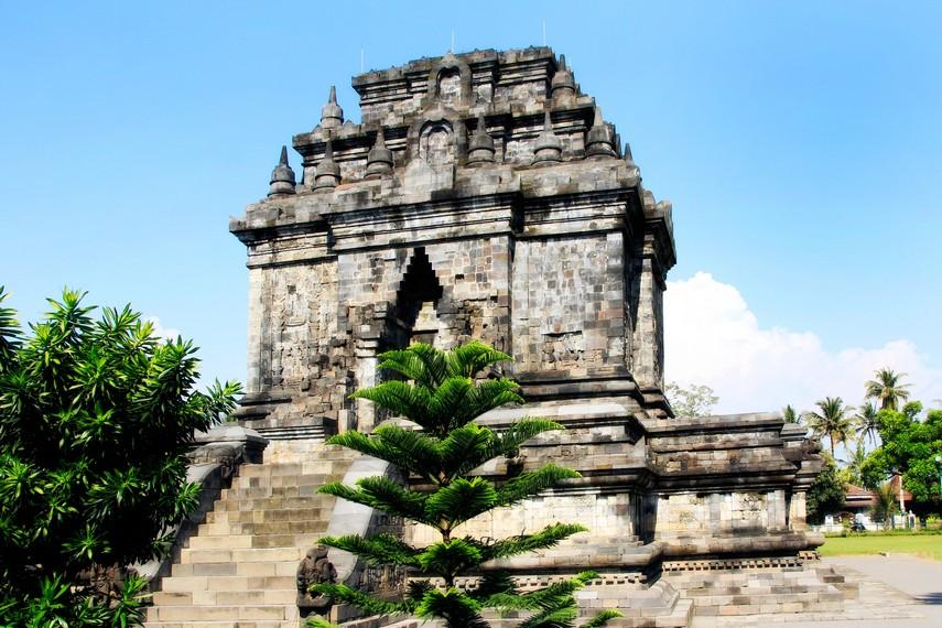 Pemandangan Candi Mendut yang letaknya tidak jauh dari Candi Borobudur di Magelang
