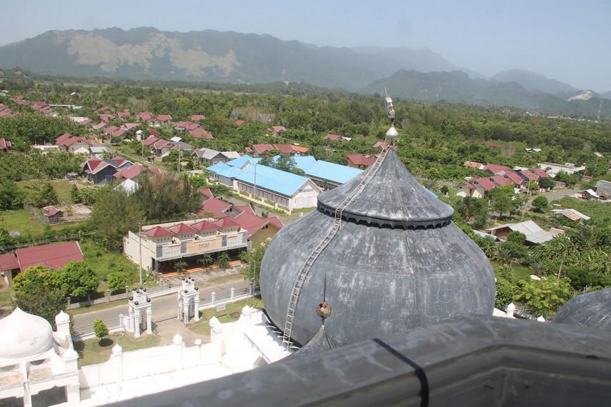 Pemandangan kampung Turki dilihat dari atas menara Masjid Rahmatullah
