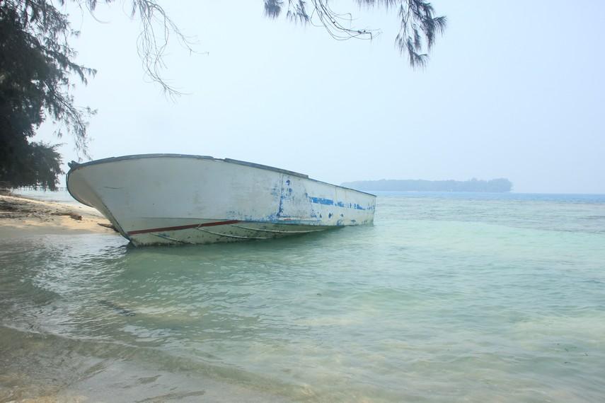 Kapal terbalik yang dibiarkan menjadi salah satu pemandangan yang ada di Pulau Bira