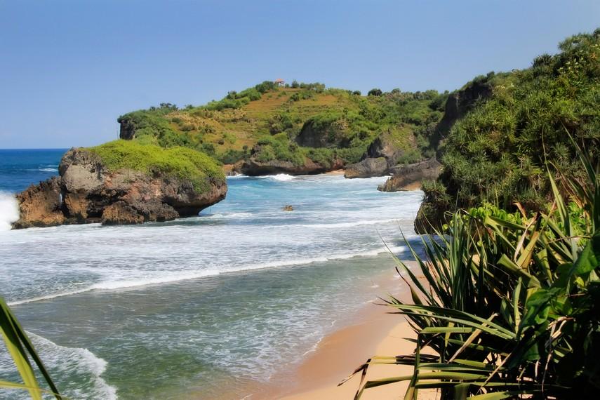 Pemandangan Pantai Kukup dilihat dari Ketinggian