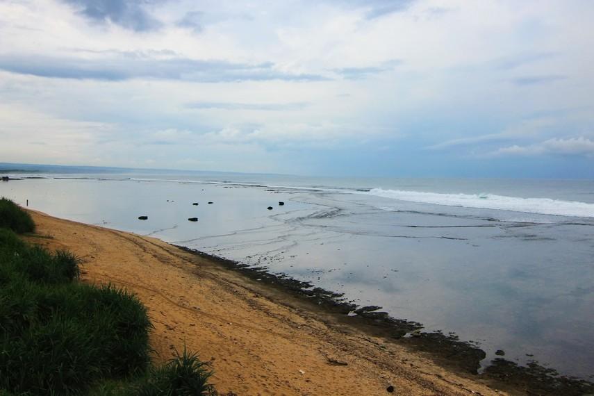 Pemandangan Pantai Sayang Heulang yang berada di Kawasan Pamaeungpeuk, Garut Selatan