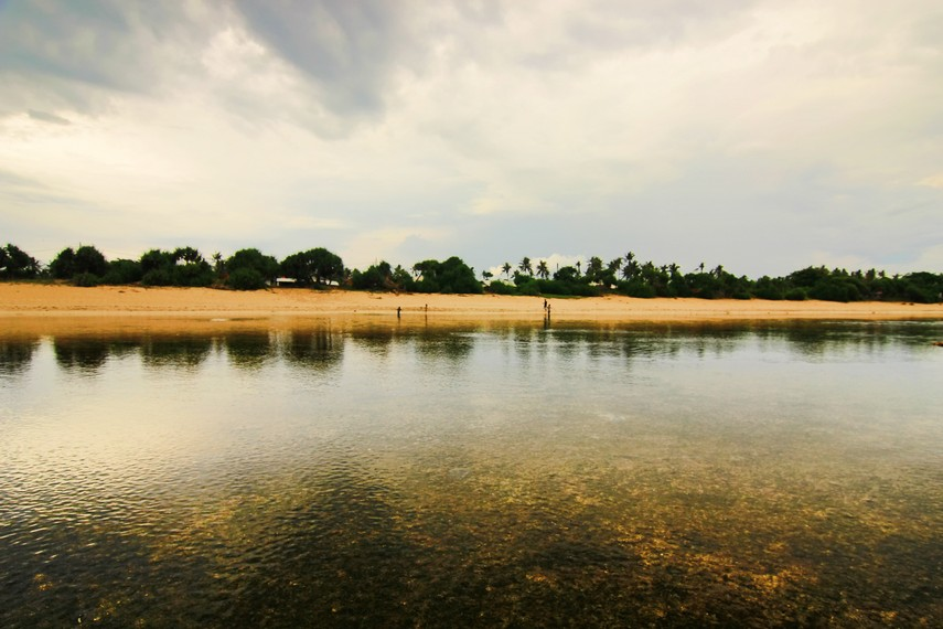 Pemandangan Pantai Sayang Heulang yang permai dengan pepohonan yang tumbuh disekelilingnya
