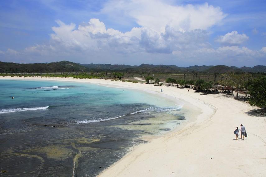 Pemandangan Pantai Tanjung Aan dari atas bukit yang berada di sekitar pantai