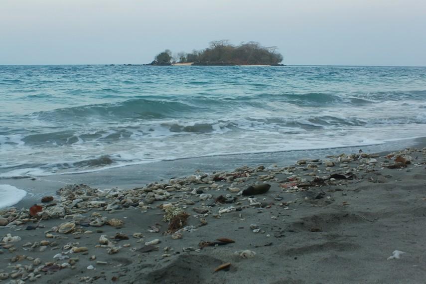 Pemandangan Pulau Sebuku Kecil dilihat dari sisi utara Pulau Sebesi