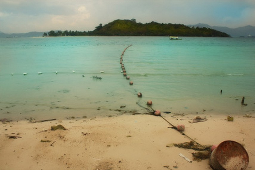 Pemandangan Pulau Tangkil yang berada di seberang Pantai Mutun