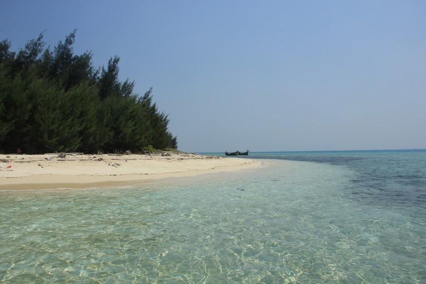 Menikmati kesunyian Pulau Tikus bersama hamparan pasir putih