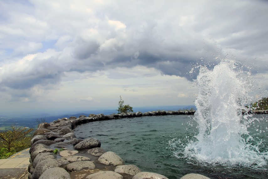 Pemandangan air mancur di kolam Umbul Sidomukti