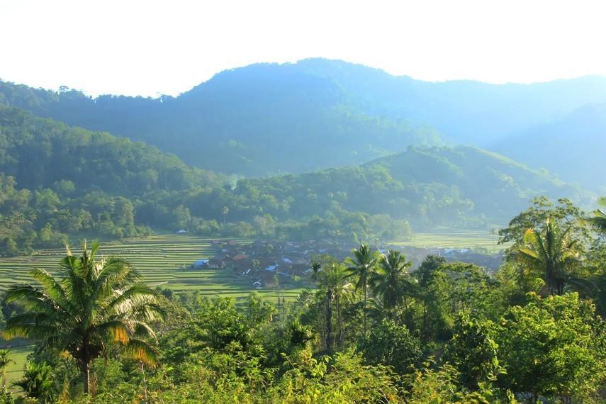 Pemandangan alam di Desa Lawin salah satu yang indah di Sumbawa kerena dikelilingi pegunungan dan bukit