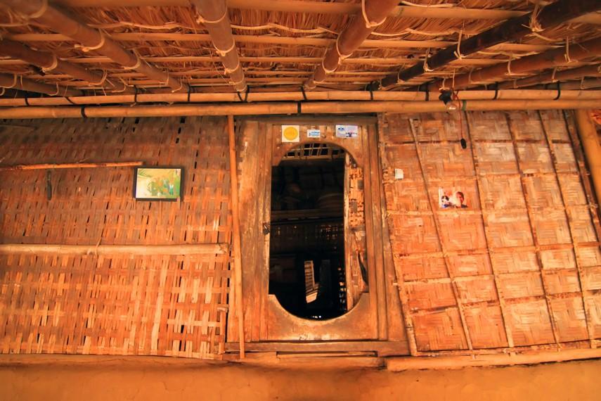 Pemandangan bagian dalam rumah yang terdiri dari dua ruangan