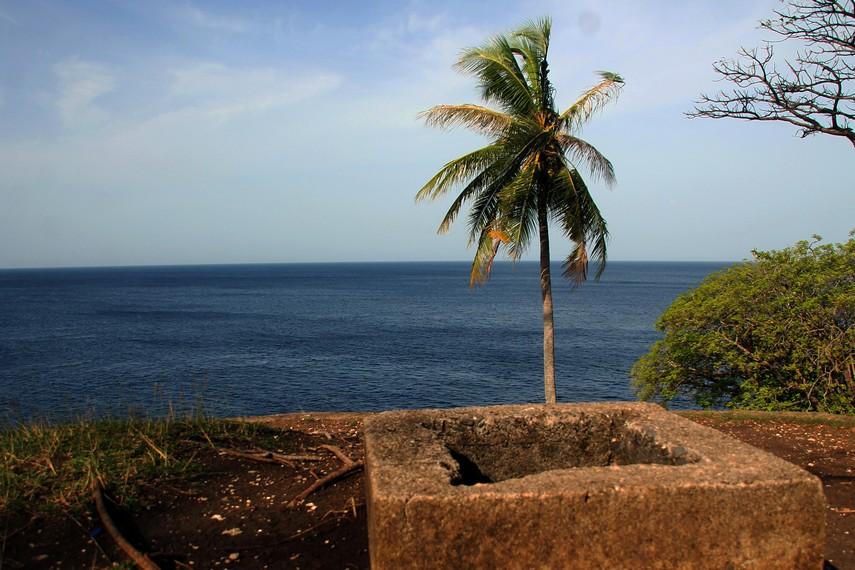 Pemandangan dari atas bunker ke laut lepas