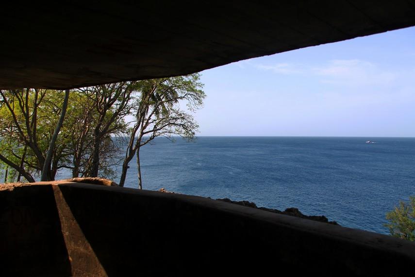 Pemandangan dari dalam pos pengintaian ke laut lepas