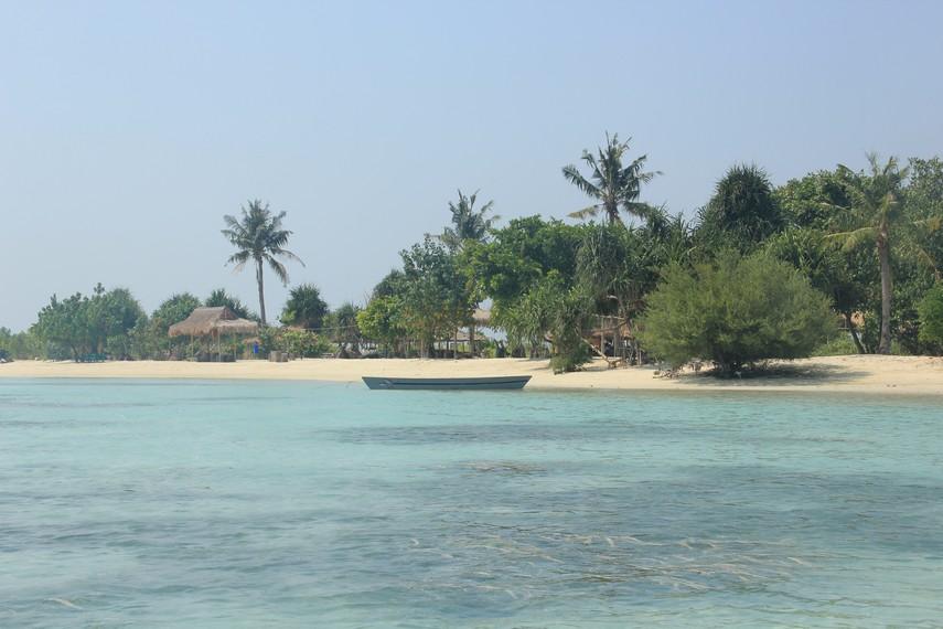 Pemandangan hamparan pantai di Pantai Pasir Perawan