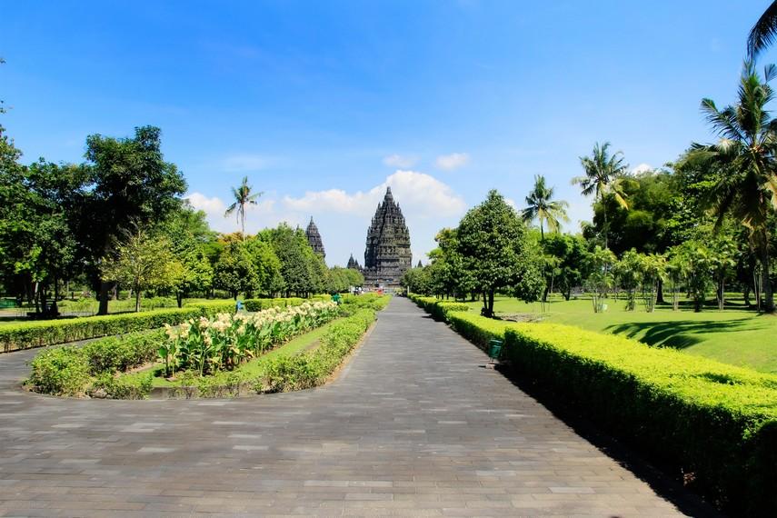 Pemandangan hijaunya taman yang tersaji disekitar halaman Candi Prambanan