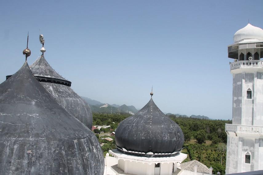 Pemandangan menara Selatan dan kubah-kubah masjid dilihat dari menara sebelah Utara