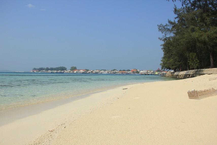 Hamparan pasir putih menjadi pemandangan utama yang disajikan pantai di Pulau Karya