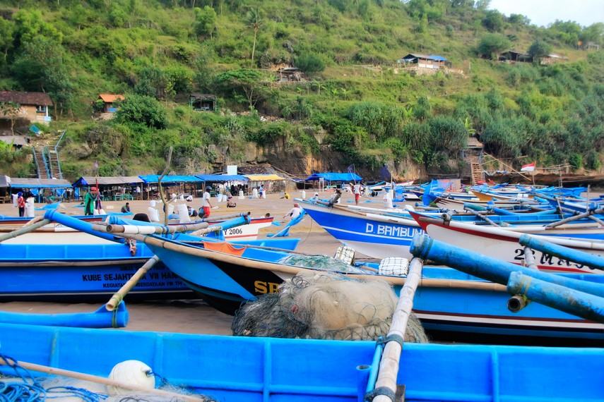 Pemandangan perahu-perahu nelayan yang bersandar di bibir Pantai Baron Yogyakarta