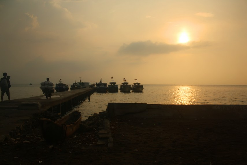 Pemandangan suasana masyarakat Pulau Sebesi memulai aktivitas di pinggir  Dermaga Tejang, Pulau Sebesi