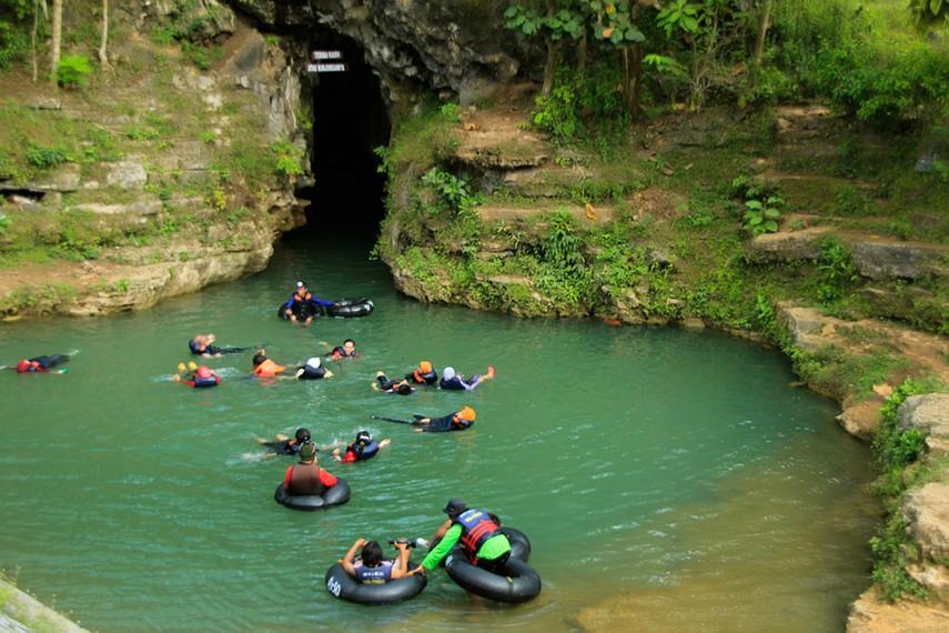 Gua Pindul Cave Tubing dilengkapi para pemandu yang profesional di bidangnya