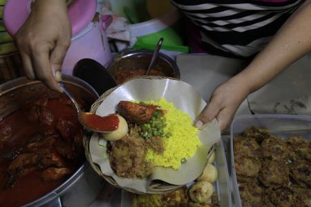 Pembeli bisa memilih lauk pelengkap nasi kuning