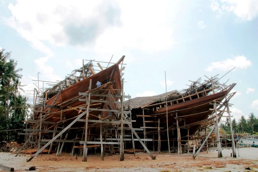 Pembuatan perahu Pinisi yang terletak di Kabupaten Bulukumba, tepatnya di daerah Tana Beru