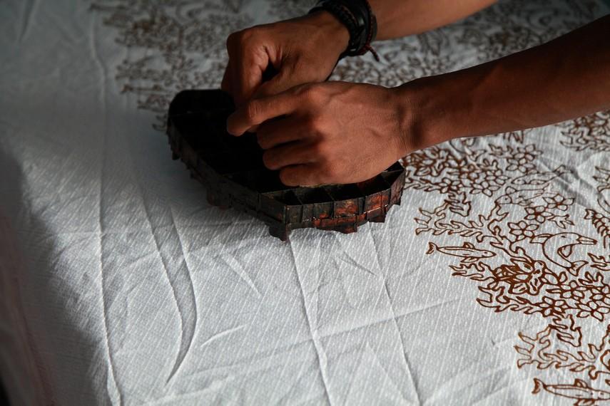 Pembuatan motif dilakukan dengan teknik mengecap