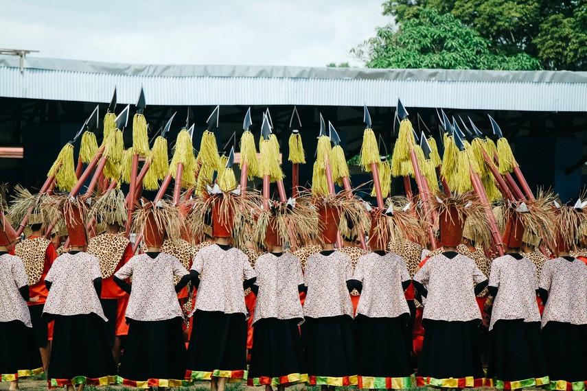 Pementasan tarian di pembukaan Festival Erau