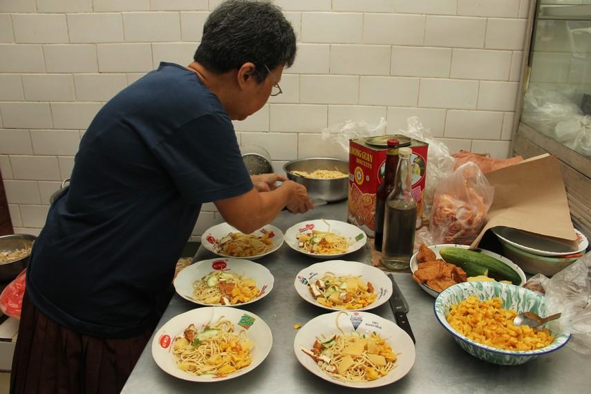 Penambahan tahu, kentang, emping dan ketimun menambah nikmat sajian mie Belitung