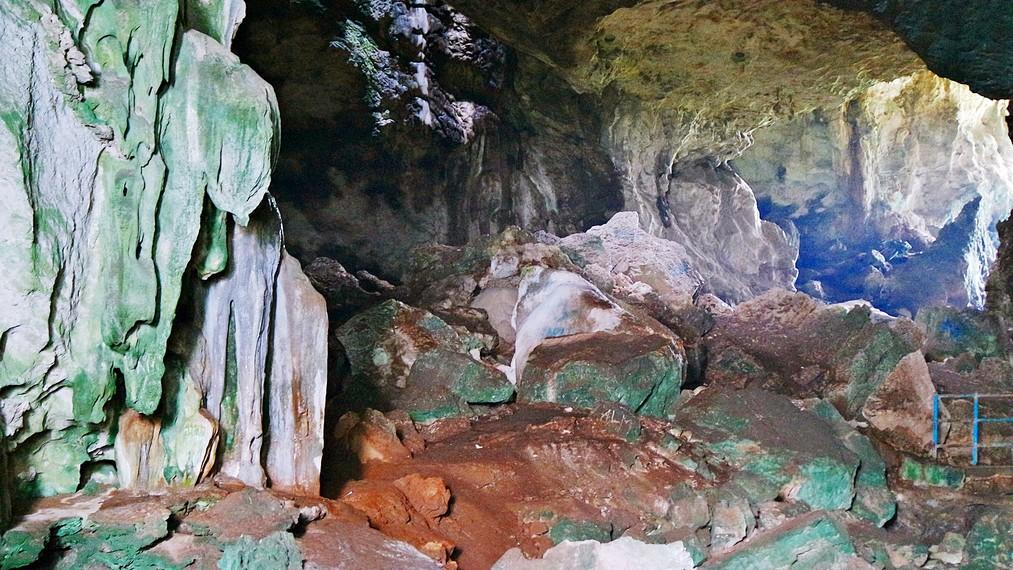 Penampakan stalagmit dan stalaktit di dalam gua sungguh mengesankan