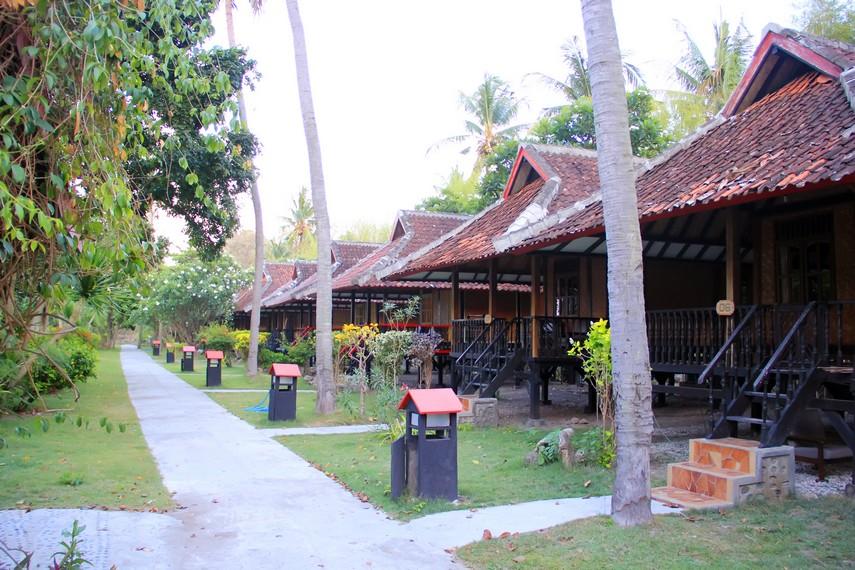 Penginapan bergaya rumah adat tradisonal Sumbawa tersedia bagi para pengunjung