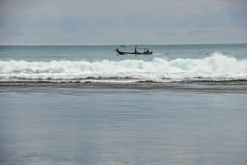 Pengunjug juga dapat melihat kapal-kapal nelayan yang melintas di Pantai Sayang Heulang